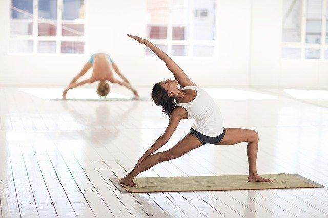 Kobieta podczas ćwiczeń jogi