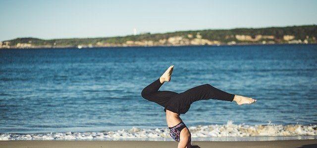 Dziewczyna ćwicząca jogę nad morzem