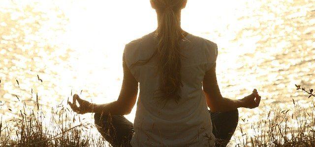 Kobieta ćwiczy jogę nad rzeką