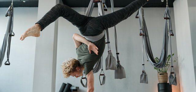 mężczyzna praktykujący aerial jogę